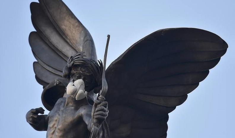 En la estatua de Eros en Piccadilly Circus, en Londres, fue colocada una máscara de gas.